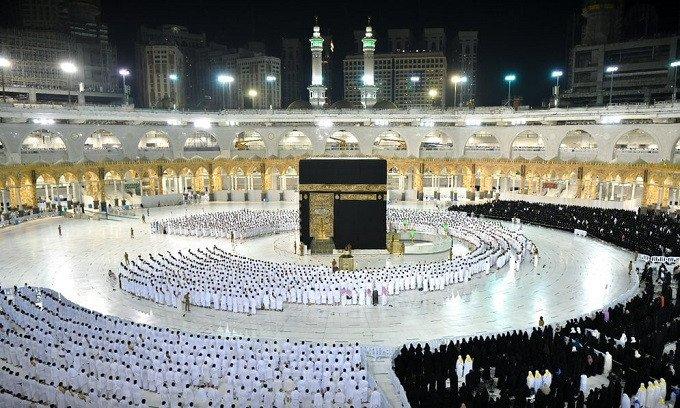 Mecca grand mosque drops social distancing