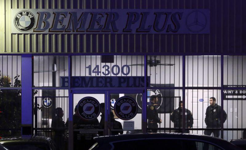 Man kills 2 people , then himself at Houston auto shop