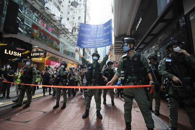 hongkongpolicearrests69peopleforillegalgatheringonchinasnationalday