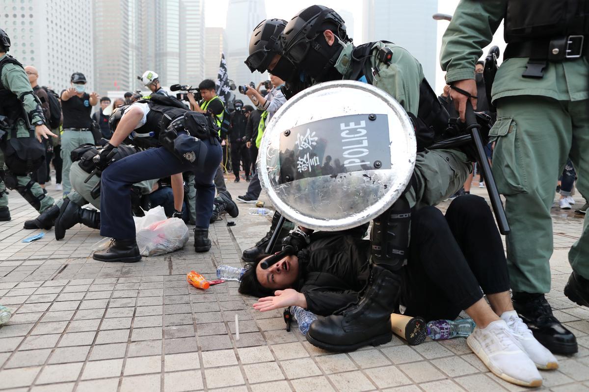 hongkongpoliceprotestorsclashduringrallyinsupportofchinasethnicuighurs