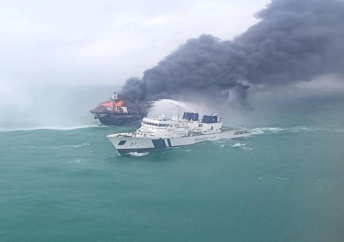 indiancoastguardinfullswingtocontrolfireonboardcontainervesselmvxpresspearloffcolombosrilanka