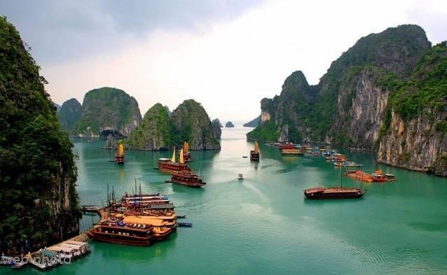 Ship sinks in Vietnam