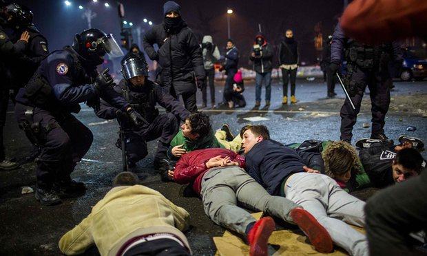 romaniansclashwithpoliceinbiggestprotestssincefallofcommunism