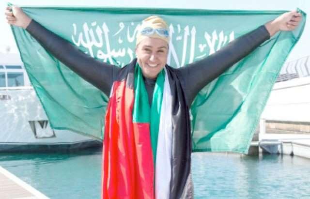saudiwomanbecomesfirstswimmertocrossdubaicreekdubaiwatercanal