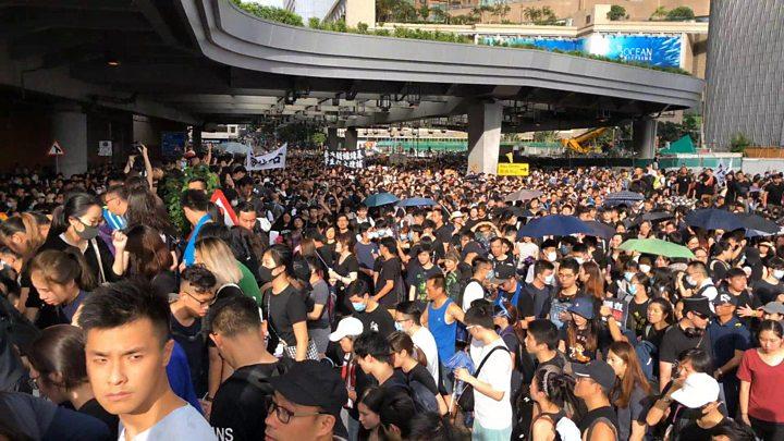 Thousands of protestors march towards Hong Kong