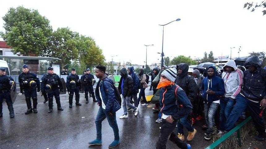 French police evacuate 2,000 migrants in Paris