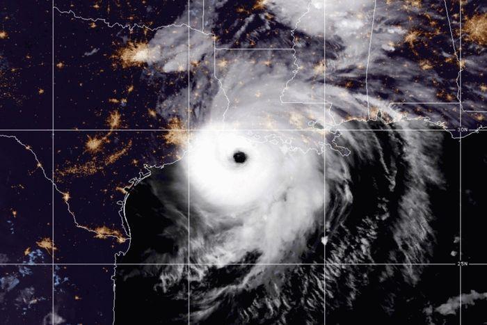 hurricanelauramakeslandfallatnearcategory5strength
