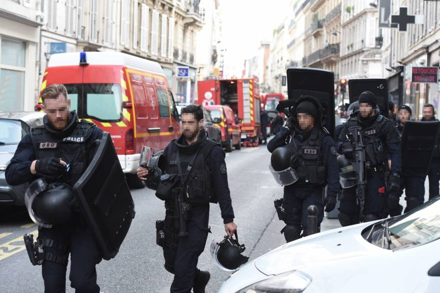 Paris Police rescues two hostages, arrests gunman