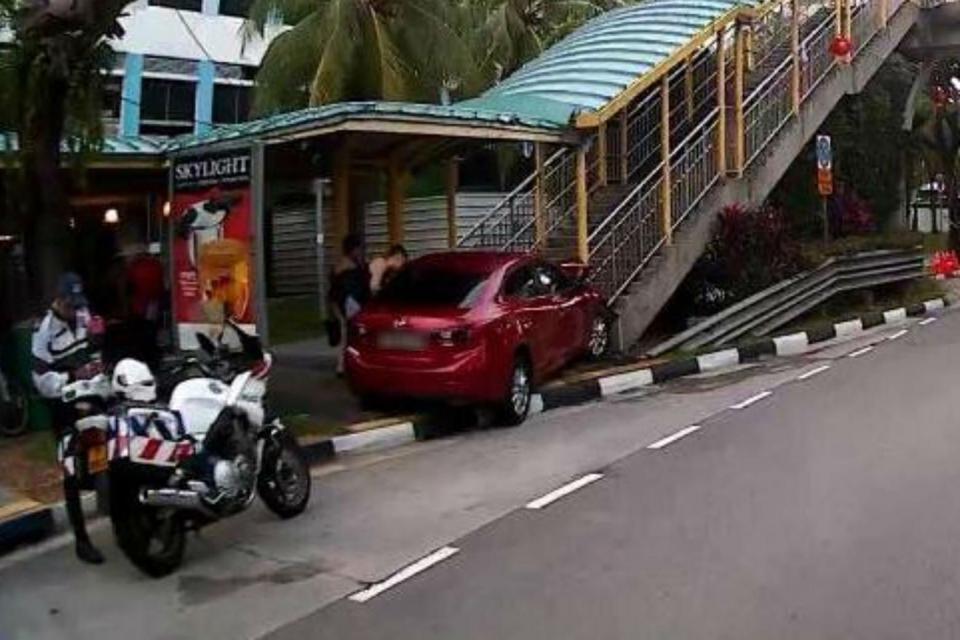 Singapore : Woman crashes car into overhead bridge on sight of a cockroach