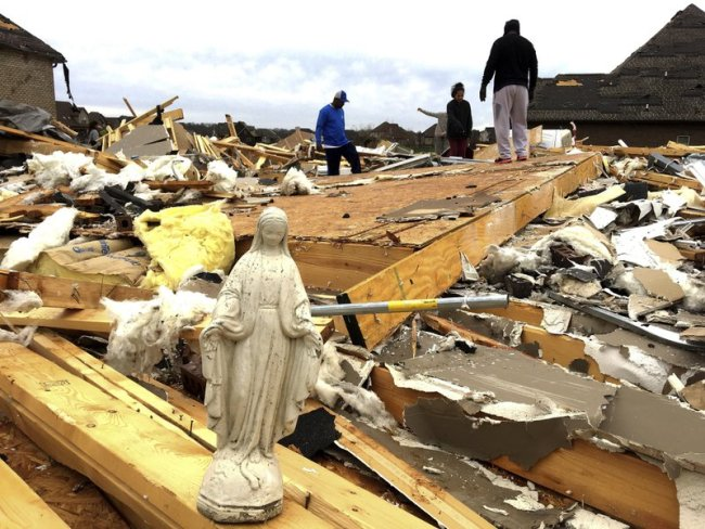 5 killed in tornado and flooding in central US