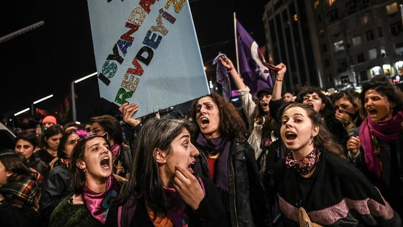Turkish police fire tear gas at Women