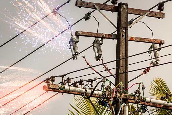 twomendieafterhighvoltageelectricitywiresnapsandfallsontheminrajasthan