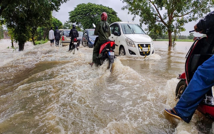Heavy rain hits normal life in many States