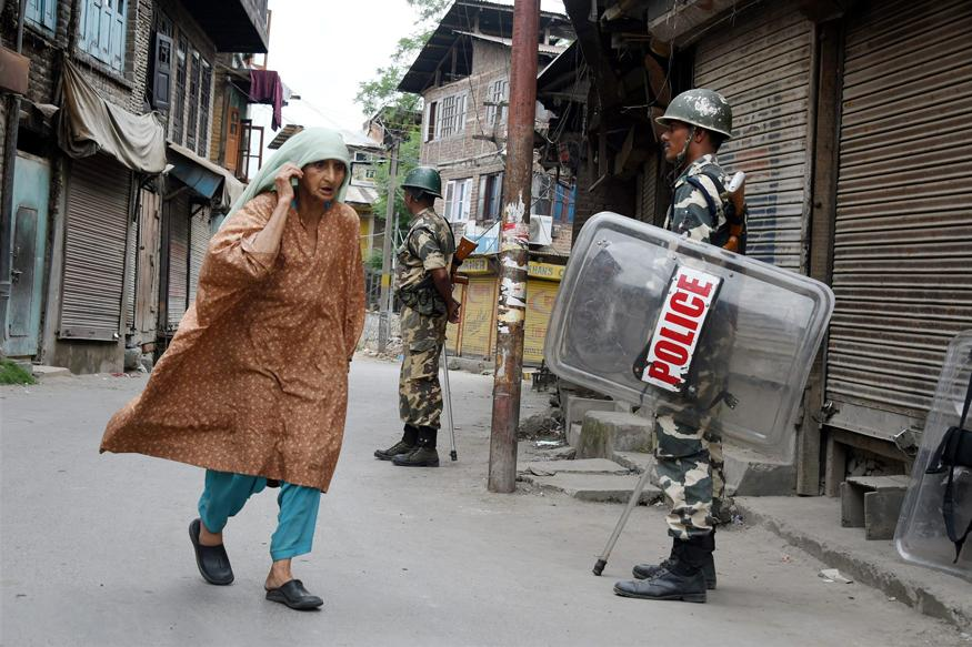Normal life remains paralysed, curfew continue in Kashmir Valley