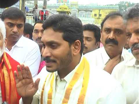 Jagan offers prayers at Lord Venkateswara temple