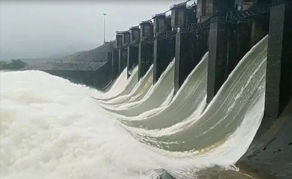 alarmingfloodsituationinkarnatakawithincessantrainswaterfromdams