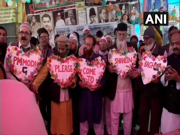 shaheenbaghprotestorsholdheartshapedcutoutsurgepmtovisitthem