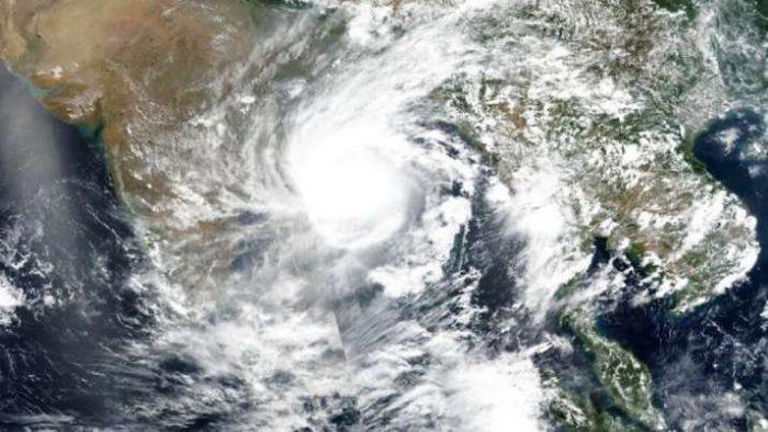 cyclonegulabslandfallprocessbeginsoverandhrapradeshodisha