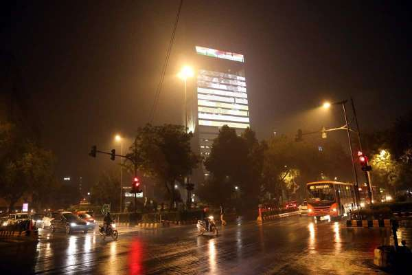 Rain brings down temperature, improves Delhi