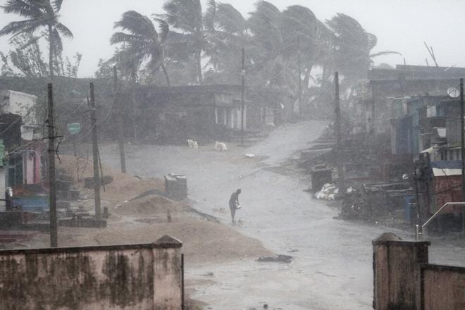 Cyclone Titli: Odisha man walks 8km with 7-year-old daughter