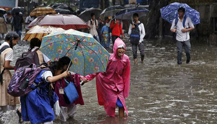 Heavy rain lash Mumbai, throws normal life out of gear