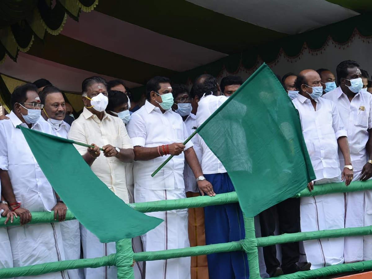 Tamil Nadu CM flags off Alanganallur Jallikattu