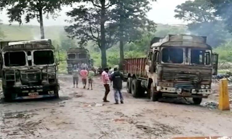 Naxals torch five empty trucks in Chhattisgarh