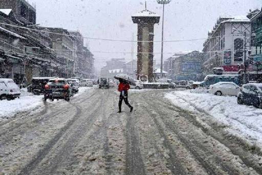 Snowfall, rains in Kashmir valley for third day