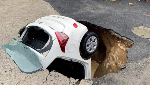 Delhi Cop's Car Falls Into Sinkhole While Being Driven After Rain , in Delhi