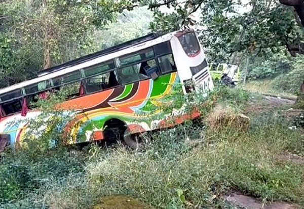 madhyapradesh:busoverturns13injuredthreeofthemcriticalnow