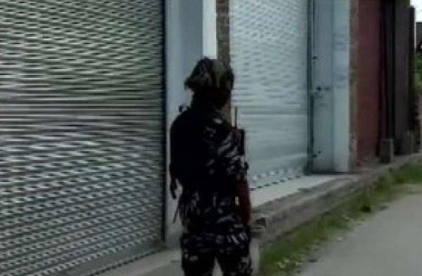 Terrorists gun down two JK policemen outside Srinagar