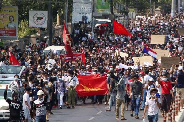 myanmar:crowdscontinuetogatherinyangoncitytochantslogansagainstmilitaryrule