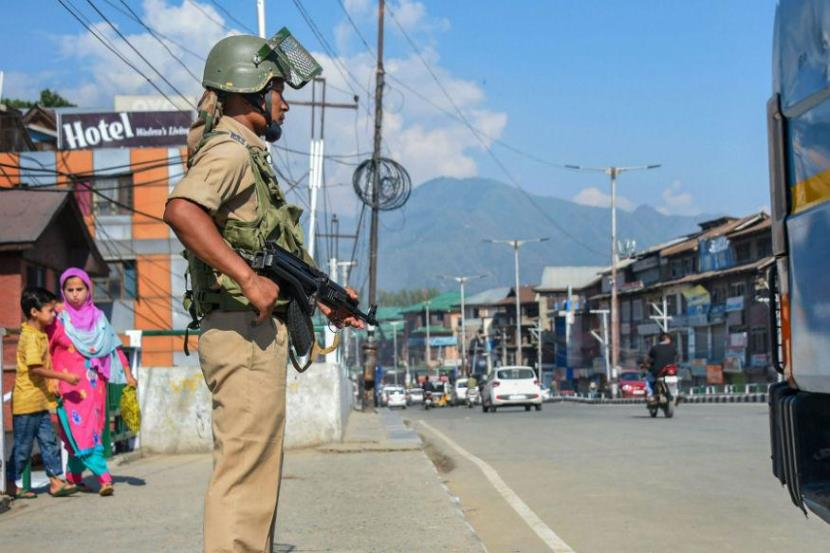 Restrictions eased in most Kashmir areas,  market still shut and mobile services suspended