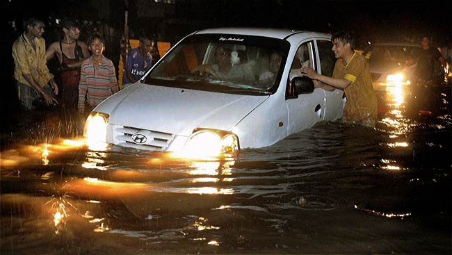 Heavy rain throws road and rail traffic out of gear in Mumbai