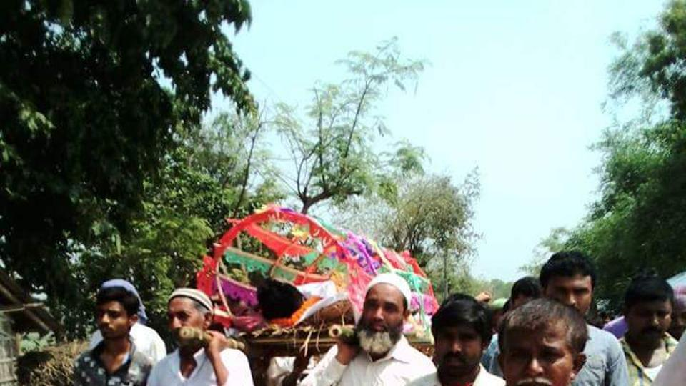 Muslim neighbours help Hindu family carry body to crematorium