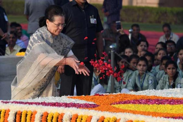 Sonia, Rahul pay tribute to Mahatma Gandhi at Rajghat