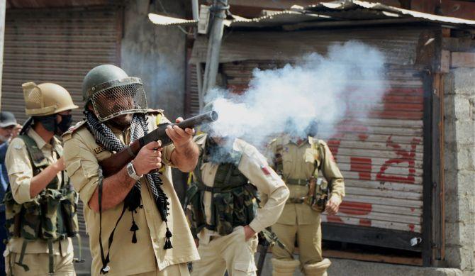 Militants kill 6 policemen in Kashmir
