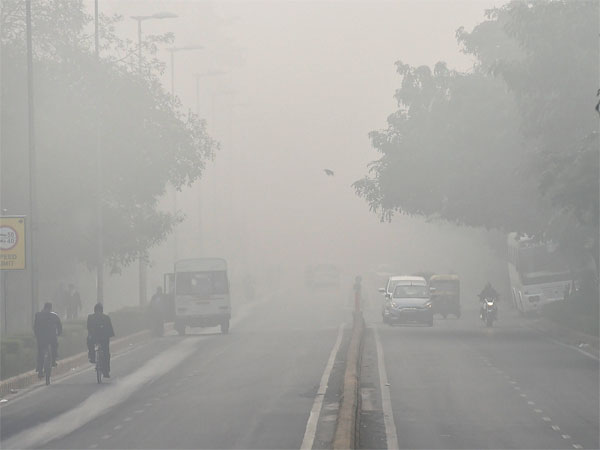 Fog disrupts traffic movement in Delhi
