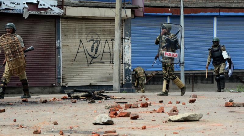 Eight students injured in fresh clashes