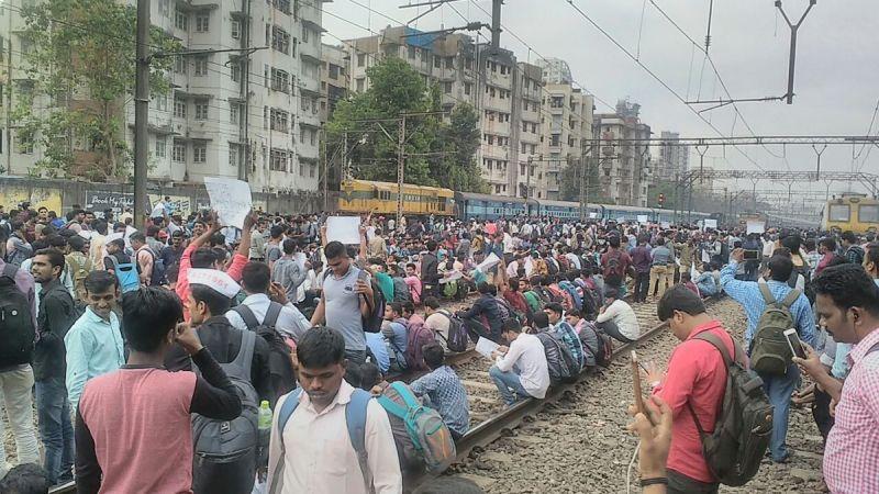 Students block railway tracks in Mumbai,demand jobs