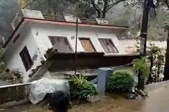Kerala family loses everything, Their House swept away by the raging waters of Manimala river