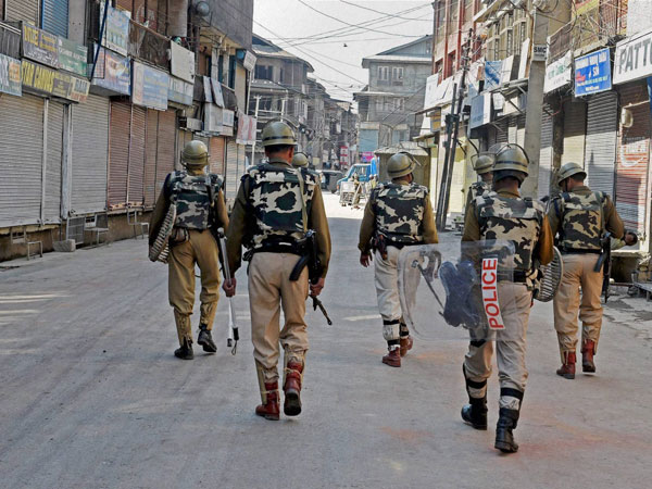 Curfew continues in Kashmir Valley