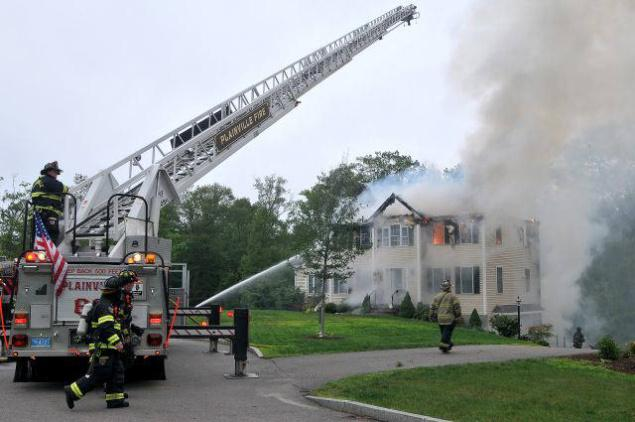 Plane crashes into U.S.house, 3 killed
